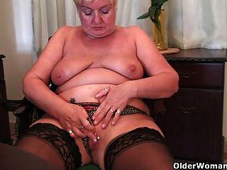 充分的有格調的奶奶手淫與假陽具