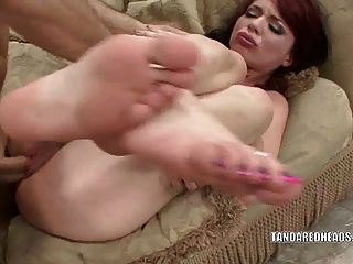 紅發女郎的傑西帕爾默得到她濕的陰部性交