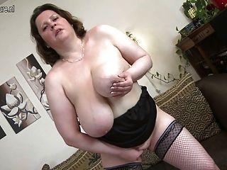 有巨大的胸部的母親使用與她自己