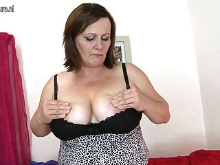 完善的大乳房成熟母親使用與她的老貓