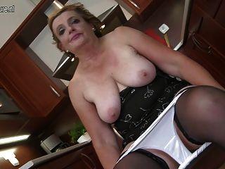 完美的奶奶在廚房裡玩