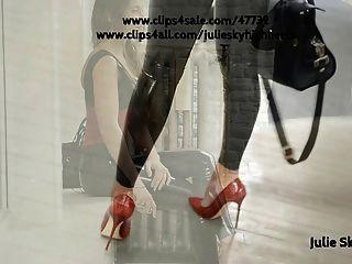 乳膠catsuit緊身衣和束腰在公眾與高跟鞋