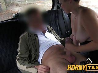 hornytaxi年輕女孩與由本地cabby誘惑的彈跳山雀