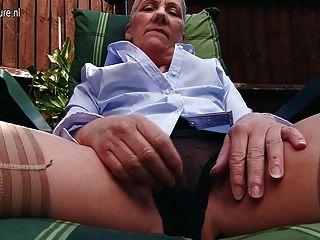 淘氣英國成熟夫人手淫在庭院裡