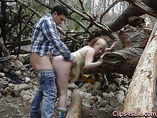 公共性別在戶外在樹林。lilly ligotage和rocko