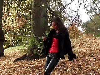 熱的女孩走在leatherfetish內褲,緊身胸衣和紅色靴子