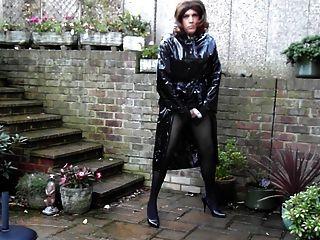 sext tranny外面手淫在pvc雨衣和迷你裙