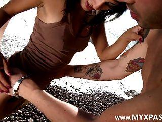 華麗的法國女孩屁股在海灘上