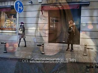 最好的妓女裝備為公共步行在大腿高靴子