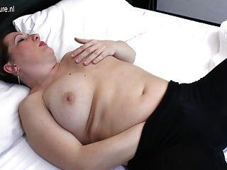 自然成熟的家庭主婦愛得到她的陰部濕