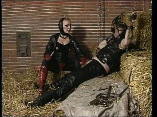橡膠女主人騎在穀倉的奴隸