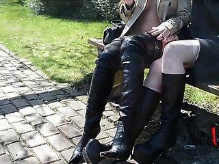 2女同性戀裸體在burberry溝槽下襠靴子親吻