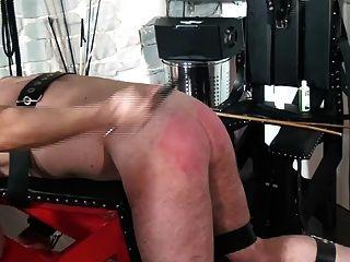 femdom懲罰奴隸在打屁股長凳由莊稼和藤莖