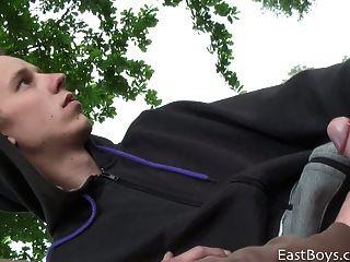 業餘歐洲人得到handjob在公園