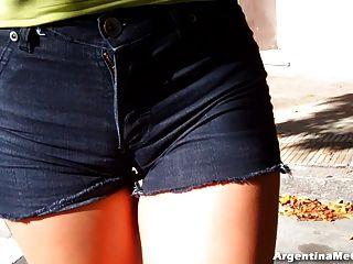 大熱屁股在超緊短牛仔褲。駱駝,山雀