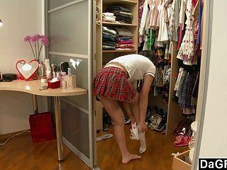 年輕亞洲青少年發現她的身體