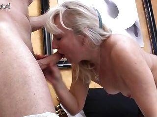 熱奶奶得到一個好的硬肛門他媽的