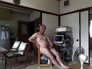 日本老人手淫勃起陰莖精液流