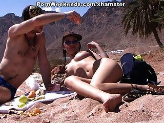 漂亮的女孩在沙灘上有性