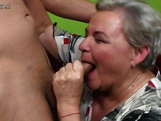 淘氣的大奶奶與她的年輕男孩性行為