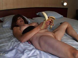 刮成熟母親手淫用香蕉