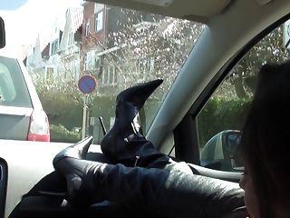 富有的ch子在汽車裸體在溝槽和大腿高起動下