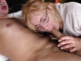 老奶奶他媽的年輕男孩喜歡瘋狂