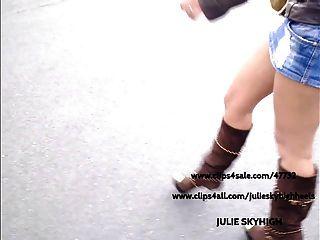 偷窺:性感的女孩在公共店在sexyboots&迷你裙