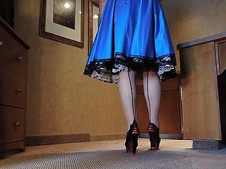 在藍色緞禮服的sissy光芒在廚房裡