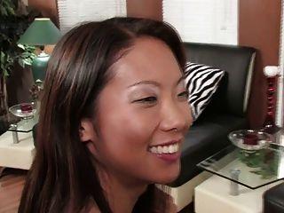 華麗的黑髮和性感的亞洲共享一個雙假陽具(高清)