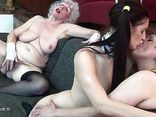 奶奶操她的年輕女孩和成熟的奶昔