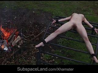 外部由她的主人剝削的瘦的無能的奴隸