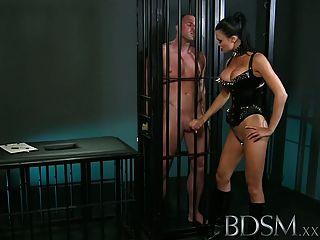bdsm xxx肌肉sub被情婦籠罩和羞辱