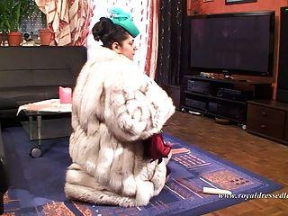 優雅的毛皮妓女他媽的和吸吮一隻公雞在絲襪