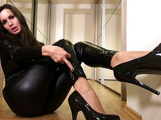 性感寶貝在閃亮的黑色catsuit