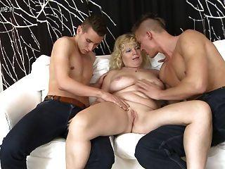 老媽媽他媽的兩個年輕人沒有避孕套