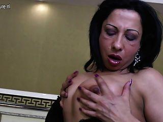 與大黑橡膠公雞的成熟阿拉伯媽媽