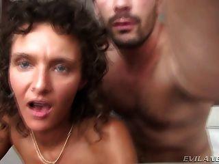 華麗的妓女作弊她的丈夫在一家酒店