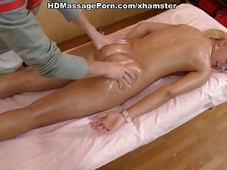熱的金發女郎脫下衣服按摩和性交由她的男按摩師