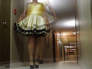 sissy射線在旅館走廊在娘娘腔的禮服和性感的腳跟