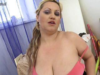 巨大的breasted milf玩她濕的貓