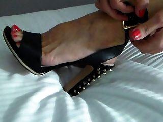 搖擺妻子為派對之夜穿上鞋子!