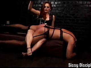 打扮和在你的膝蓋sissy訓練