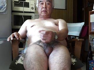 日本老人手淫射精在廚房裡