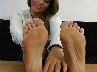 izzy顯示她性感的腳