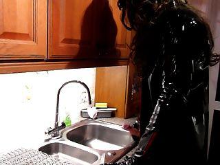 廚房水槽wank在pvc和大腿靴子