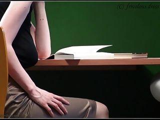 沒有胸罩在圖書館