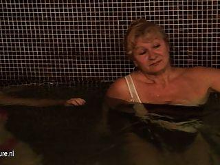 成熟女士在淋浴和桑拿