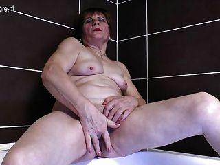 骯髒的祖母手淫在浴