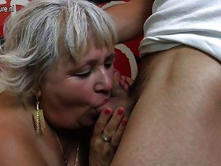 毛茸茸的奶奶吮吸和他媽的她的屁股